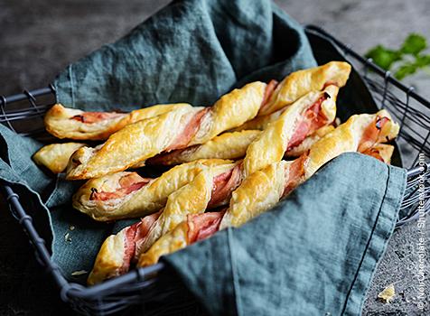 Blätterteigstangen gefüllt mit Schinken, Brot und Blätterteig Catering Schiebocker